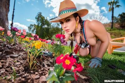 Gardening Hoe | Valentina Nappi, Jessy Jones