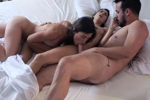 Three In Bed – Carolina Abril, Julia Rocca (2017)